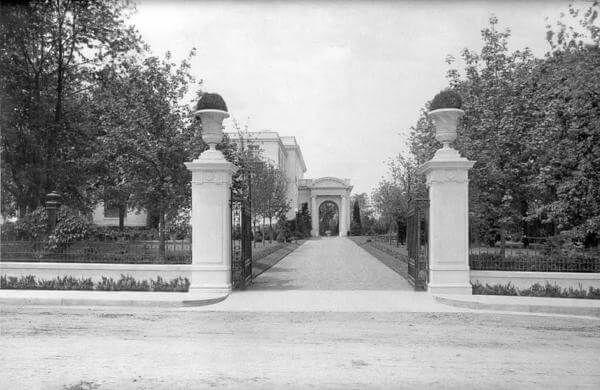Photo of Guggenheim Mansion's driveway