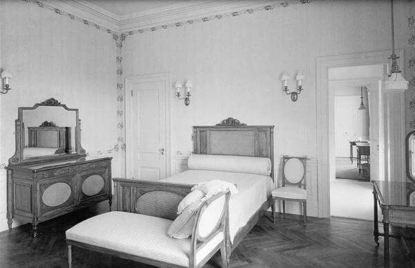 Photo of one of the guest bedrooms in the Guggenheim Mansion